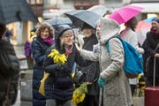 Am internationalen Frauentag werden am Bärenplatz jeweils Mimosen an Passantinnen verteilt. (Bild: Michel Canonica)