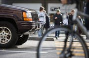 Wo soll in der Stadtsanktgaller Verkehrspolitik der Fokus liegen - beim Auto oder beim Langsamverkehr. Über diese Frage wurde im Abstimmungskampf über die Mobilitäts-Initiative in den vergangenen Wochen heftig diskutiert. (Bild: Gaetan Bally/KEY)