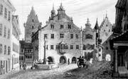 Das Rathaus mit dem Gefängnisturm (links) und dem Ira-Tor (rechts) auf einer Darstellung von Johann Baptist Isenring von 1831.