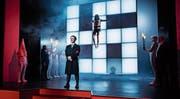 Der Jude Shlomo Herzl wird als Jesus-Christus aufgehängt, Hitler erschossen, und am Schluss regnet es in der Konstanzer Inszenierung Hakenkreuze und Davidsterne. (Bild: Ilja Mess)