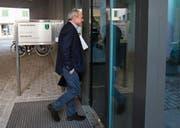 Bruno Hug, damaliger Chefredaktor der «Obersee Nachrichten», betritt im Dezember 2017 das zuständige Kreisgericht. (Bild: Patrick Gutenberg)