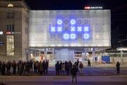 Die Zeit richtig lesen: Die leuchtenden Stunden, Minuten und Sekunden müssen an der neuen Uhr am St.Galler Bahnhof für die Zeitangabe addiert werden. (Bild: Urs Bucher)