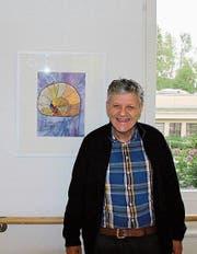 Roland Schmid vor einem seiner Bilder im Wohnheim der Obvita. (Bild: Leonardo Da Riz)