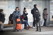 Buspassagiere trotzten am Bahnhofplatz den eisigen Temperaturen. (Bild: Ralph Ribi (Ralph Ribi))