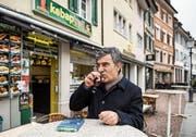 Der kurdische Schriftsteller Yusuf Yesilöz geht vor allem in Kebab-Imbisse, um Tee zu trinken, nachzudenken und Geschichten zu hören. (Bild: Sabrina Stübi (Winterthur, 13. März 2018))