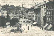 Marktplatz und untere Marktgasse auf einer Ansichtskarte vor 1904. Noch fehlt das Vadian-Denkmal. Im Pärklein steht eine Wettersäule, davor parkieren Fuhrwerke. Man beachte auch den noch weitgehend unbebauten Rosenberg im Hintergrund. (Bild: Sammlung Reto Voneschen)