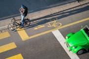 Auto und Velo: Wer soll Priorität haben? Auch das wird in der Stadt St.Gallen am 4. März mit dem Ja oder Nein zur Mobilitäts-Initiative entschieden. (Bild: Urs Bucher)