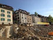 Über der Baugrube fürs Projekt Haldenhof: Ein Teil der Häuser, die fürs Bauvorhaben Felsenstrasse 57 bis 67 abgebrochen werden sollen. (Bild: Reto Voneschen)