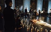Tödliche, unsterbliche Liebe: Tristan (Nik Kevin Koch) und Isolde (Sheida Damghani). Der Chor ist Hauptakteur in der Lokremise. (Bild: Tanja Dorendorf/T+T Fotografie)