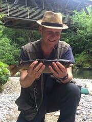 Simon Enzler freut sich über einen selbst gefangenen Fisch. (Bild: zVg)