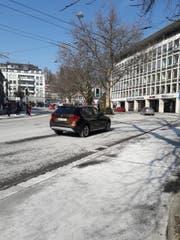 Viele Stadtsanktgaller Fahrbahnen und Trottoirs - wie im Bild am Oberen Graben - weisen derzeit Salzspuren aus der vergangenen Kälteperiode auf. (Bild: Sebastian Schneider)