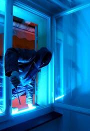 Ungenügend gesicherte Fenster sind ein Schwachpunkt, den Einbrecher oft zum Einsteigen in eine Liegenschaft nutzen. (Bild: Symboldbild: Walter Bieri/KEY)