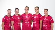Spielerinnen des LC Brühl mahnen mit einem speziellen Shirt zur Brustkrebs-Prävention. (Bild: pd)