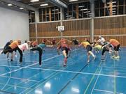 Fit in den Winter: Mitglieder des Turnvereins St. Gallen-Ost bereiten sich mit speziellen Übungen auf die Skisaison vor. (Bild: pd)
