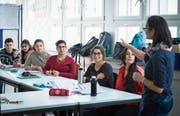 Die Lehrerin Rosa Oss (rechts) mit ihren Schützlingen im Klassenzimmer des Integrationsförderkurses des Trägervereins Integrationsprojekte St. Gallen. (Bild: Ralph Ribi)
