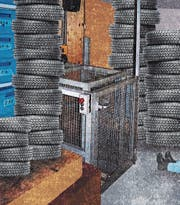 Mehrfach beanstandet: Der Warenaufzug im Lager der Autogarage. (Bild: Illustration/Patric Sandri)