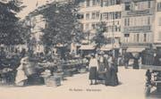 """Der Gemüsemarkt auf dem Marktplatz mit Marktfrauen und Kundinnen um 1900. Im Hintergrund ist das Geschäftsschild der heute noch existierenden Löwen-Apotheke zu erkennen. Links daneben das Restaurant """"Wilhelm Tell"""". (Bild: Sammlung Reto Voneschen)"""