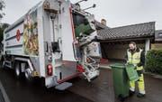 Einmal pro Woche – am Tag der Kehrichtabfuhr – sammeln Mitarbeiter der städtischen Entsorgung das Grüngut ein. (Bild: Ralph Ribi)
