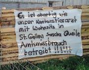 Das Plakat gegen den Kantonstierarzt im Garten der Hundezüchterin hat die Polizei entfernt. (Bild: PD)