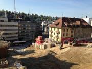 Die eine Hälfte der Baugrube fürs Projekt Haldenhof von der Felsenstrasse aus. Das Haus Haldenstrasse 1 und 5 rechts im Bild bleibt entgegen den allerersten Planungen erhalten. (Bild: Reto Voneschen)