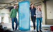 Martin Schlegel, Sybille Kuhn und Gabriela Finger in der Handsiebdruckerei, wo der dreitägige Designmarkt stattfinden wird. (Bild: Ralph Ribi)