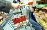 Leidet eine Person an Demenz, können selbst alltägliche Routinegänge wie Einkaufen zum Spiessrutenlauf werden. (Bild: Archiv)