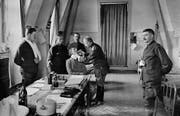 Die Spanische Grippe gefährdet besonders die Schweizer Armee: Ein Truppenarzt untersucht im Jahr 1918 einen Armeeangehörigen. (Bild: Archiv Photopress)