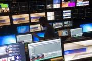 Blick in den Regieraum des RSI-Fernsehstudios in Comano. Die Ostschweizer Regierungskonferenz fürchtet, dass bei einer Annahme der No-Billag-Initiative vor allem die italienisch- und rätoromanischsprachige Ostschweiz stark betroffen wäre. (Bild: PABLO GIANINAZZI (TI-PRESS))