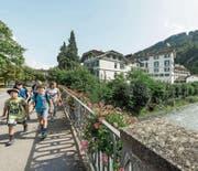 Trennender Graben: Eine Gruppe von Kindern überquert die Tamina zwischen Kurpark und Oberdorf. (Bilder: Hanspeter Schiess)