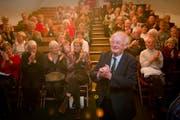 Oskar Fritschi am 24. November 2011 bei seiner Verabschiedung durch die Mitglieder des Trägervereins der Kellerbühne. (Bild: Urs Bucher)