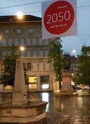 Ein Transparent der Watt-Kampagne vor dem Vadian-Denkmal. (Bild: Reto Voneschen (8. Mai 2017))
