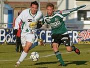 Pascal Cerrone (rechts) im Zweikampf mit Francisco Aguirre von Yverdon-Sports FC. (Bild: Andree-Noelle Pot/Keystone (Yverdon, 11. Dezember 2005))
