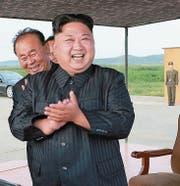 Der nordkoreanische Diktator Kim Jong Un bei den Raketentests vom vergangenen Freitag. (Bild: AP)