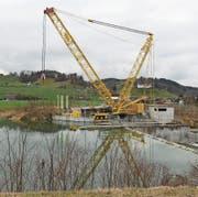 Der gelbe Spezialkran beim Kraftwerk Thurfeld bleibt voraussichtlich noch bis Mitte April dort stehen. (Bild: Hannelore Bruderer)