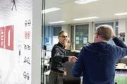 Herzliches Ciao: Matthias Hüppi mit einem Kollegen vor seiner letzten Sendung in den SRF-Studios in Zürich-Oerlikon. (Bild: Gaëtan Bally/KEY)