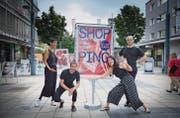 Nina Emge, Marcel Hörler, Caterine Xu und Samuel Koch machen mit beim Shopping-Projekt von Arthur Junior in Wil. (Bild: Ralph Ribi)