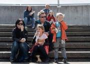 Eine Bratwurst kostet 7.50 Franken: Eine Familie legt beim Offa-Besuch eine Verpflegungspause ein. (Bild: Michel Canonica)