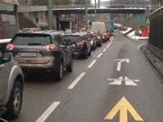 Stau auf der Zürcher Strasse: Vor allem bei Verkehrsstörungen auf der Stadtautobahn geht's auf der Hauptstrasse durchs Lachen-Quartier nur noch im Schritttempo vorwärts. (Bild: Reto Voneschen - 20. Dezember 2017)