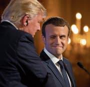 Zugezwinkert: die Präsidenten Macron und Trump während einer gemeinsamen Pressekonferenz. (Bild: Carolyn Kaster/AP (Paris, 13. Juli 2017))