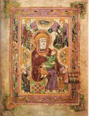 Das Book of Kells enthält die vier Evangelien zusammen mit ganzseitigen Abbildungen von Christus, Maria mit Kind und den Evangelisten. Das Schriftbild ist aufwendig gestaltet und verziert. Insbesondere die Initialen wurden teilweise mit sehr feinen Mustern in leuchtenden Farben ausgeführt. (Bild: PD)