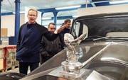«Kompass»-Geschäftsführer Marcel Rüegger stellt ein Prunkstück in der Autowerkstatt vor, das nicht nur Stellenlose motiviert, sondern auch Vorstandsmitglied Walter Luginbühl und «Kompass»-Initiant Claude Müller begeistert. (Bild: PD)