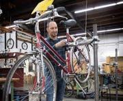 Damit könnte bald Schluss sein: Stellensuchende reparieren in der Projekt-Werkstatt Velos. (Bild: Ralph Ribi)