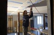 """Eine Erinnerung: Fürs """"Rümpeltum"""" werden 2004 Schallschutzplatten im Haus Haldenstrasse 23 montiert. (Bild: Trix Niederau - 5. November 2004)"""