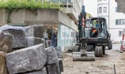Die Granitsteine wurden erst vergangenen Sommer verlegt. Nun wurden sie abgeschliffen und geflammt. (Bild: Daniel Dorrer (6. Juni 2016))