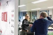 Herzliches Ciao: Matthias Hüppi mit einem Kollegen vor seiner letzten Sendung in den SRF-Studios in Zürich-Oerlikon. (Bild: Keystone)