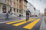 Achtung Velo! Der neue Fussgängerstreifen auf der Vadianstrasse vor dem Schulhaus St. Leonhard. (Bild: Urs Bucher)