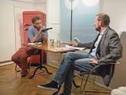 Adrian Riklin (links) bedroht als Patient seinen Therapeuten. Giuseppe Gracia liest diese Rolle in seinem Stück gleich selbst. (Bild: Hanspeter Schiess)