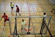 Auch an der HSG gehört zu den beliebtesten Mannschaftssportarten der Fussball. Im Bild ein Spiel in der Halle. (Bild: Urs Jaudas - 26. Februar 2013)