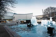 Das Theater Basel, 1975 eröffnet, ein zweckmässiger Betonbau für den experimentierfreudigen Betrieb – mit Vorplatzattraktion Tinguely-Brunnen. (Bild: Theater Basel)