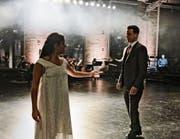 Isolde (Sheida Damghani) reicht Tristan (Nik Kevin Koch) den Liebestrank – im Hintergrund Martin Summer als Erzähler. (Bild: Tanja Dohrendorf)